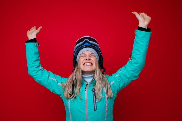 재킷, 헬멧 및 스키 고글에 쾌활한 젊은 여자의 초상화