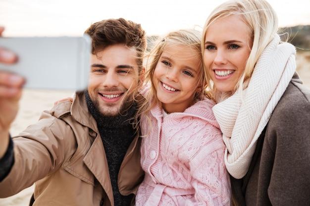 Портрет веселой семьи с маленькой дочкой