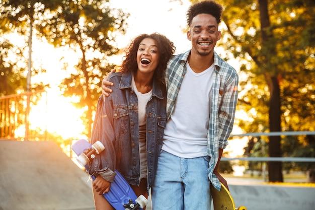 Портрет веселой молодой африканской пары