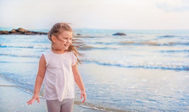 海で子供の肖像画。