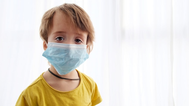 Портрет ребенка в медицинской защитной маске