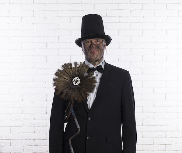 Портрет трубочиста в саже щетка для чистки дымоходов