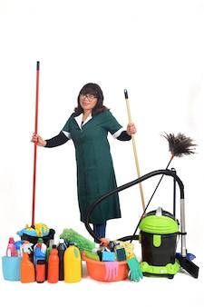 Портрет уборщицы с чистящими средствами на белом