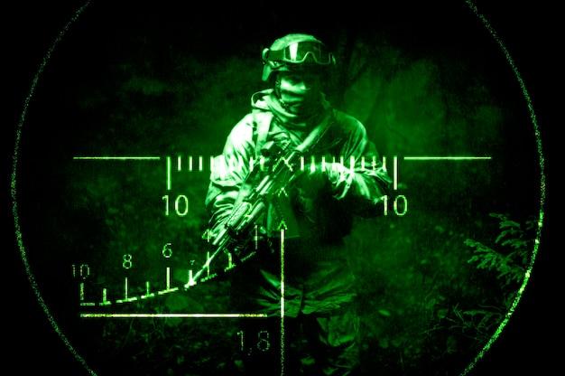 저격 소총의 야간 광경에 특공대의 초상화. 군사 작전, 국제 분쟁, 특수 부대의 개념. 혼합 매체
