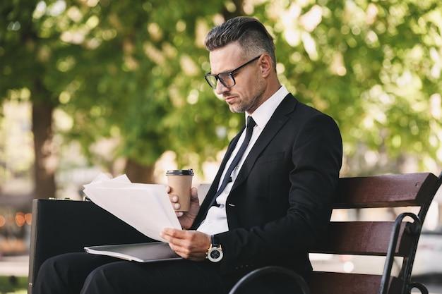 Портрет сосредоточенного бизнесмена