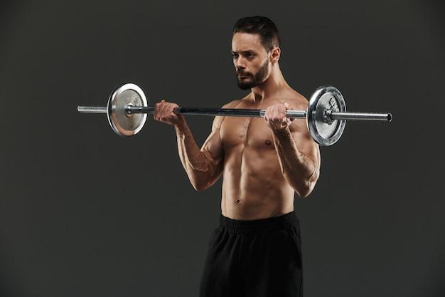 Портрет концентрированного мускулистого культуриста