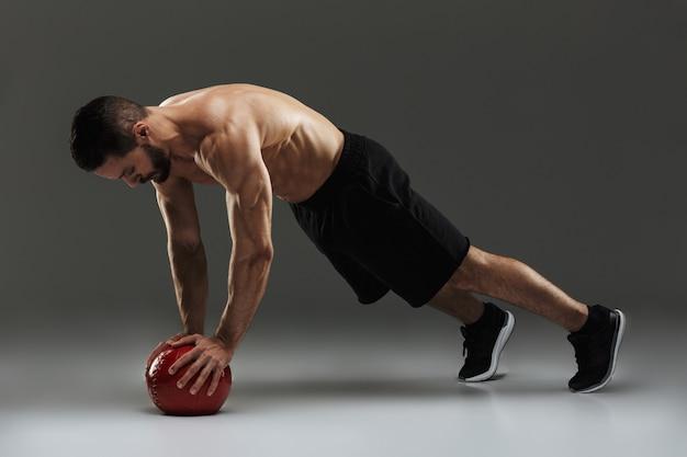 Портрет концентрированного мускулистого спортсмена