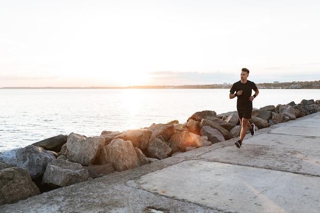 Портрет сосредоточенного спортсмена на беге