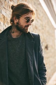 Портрет уверенно бородатого мужчины