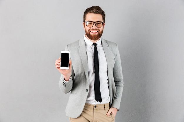 Портрет уверенного бизнесмена, одетого в костюм