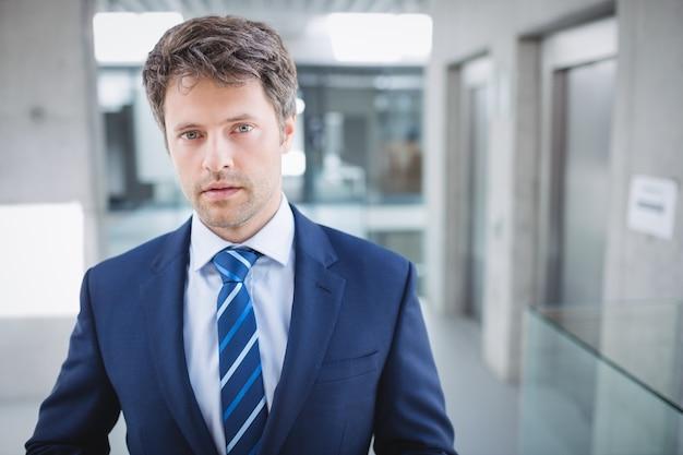 自信を持ってビジネスマンの肖像画