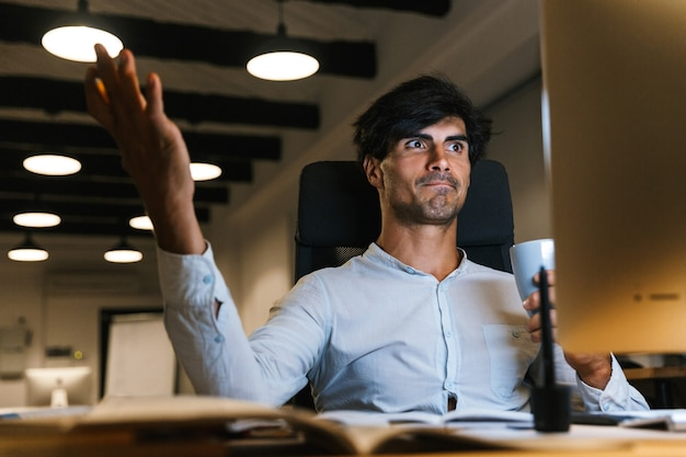 Портрет уверенно сконцентрированного бизнесмена, работающего