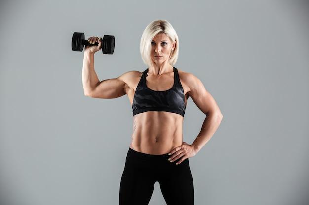 自信を持って筋肉のスポーツウーマンの肖像画