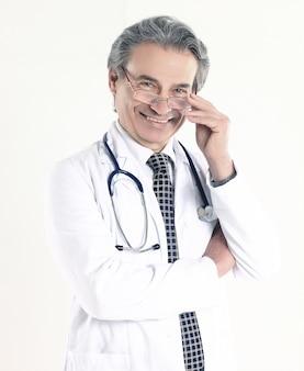 聴診器を持つ自信のある医師の肖像画。白い背景で隔離