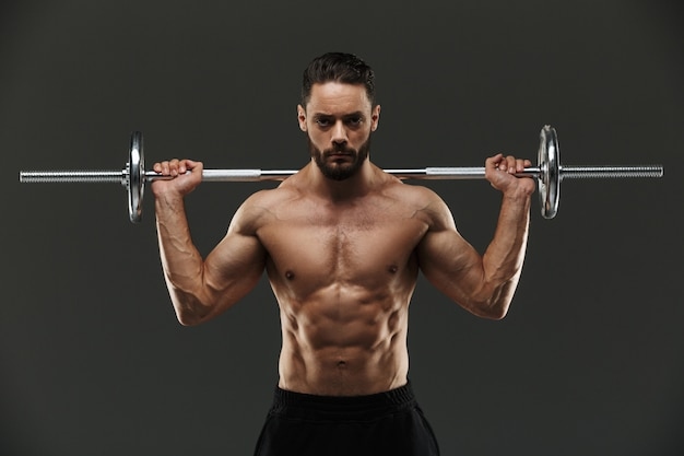 Портрет уверенно без рубашки мускулистого спортсмена