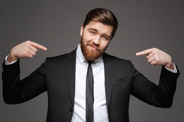 Портрет уверенного в себе молодого бизнесмена