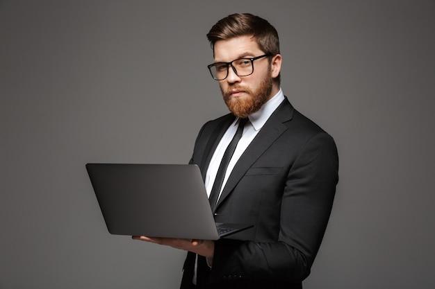 自信を持って若いビジネスマンの肖像画
