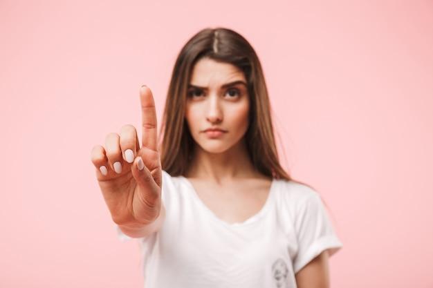 Портрет уверенной молодой женщины
