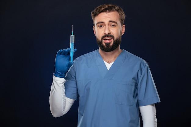 混乱している男性医師の肖像画