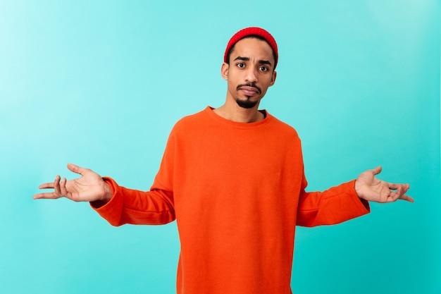Портрет путать молодой афро-американский мужчина в шляпе
