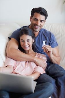 オンラインで祝日を予約しているカップルの肖像