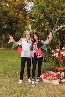 クリスマスツリーを飾るカップルの肖像画