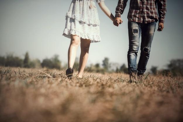 カラフルな風船で歩く愛のカップルの肖像画