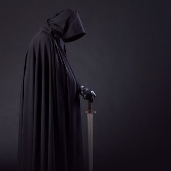 검은 망토와 손에 칼에 용감한 전사 방랑자의 초상화.