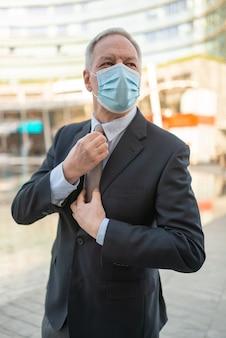 Портрет бизнесмена в маске коронавируса covid, концепция управления