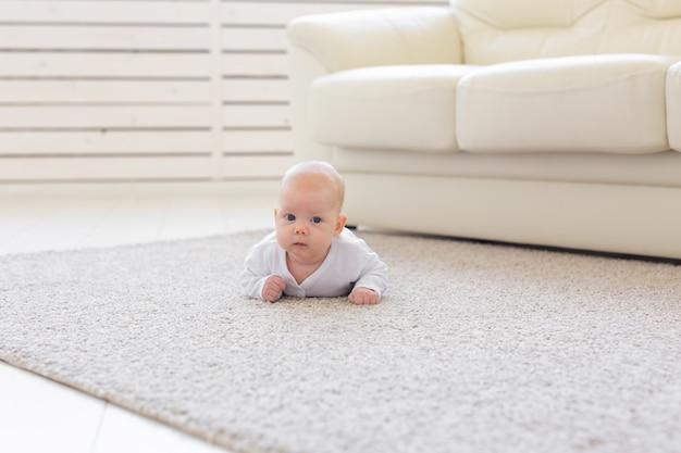 바닥에 크롤링 아기의 초상화