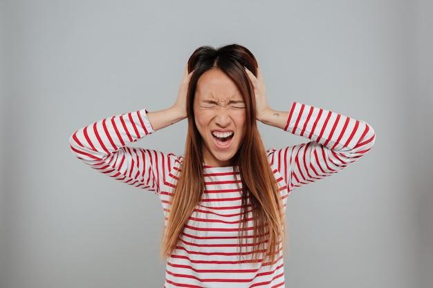 Портрет сумасшедшей азиатской девушки стоя