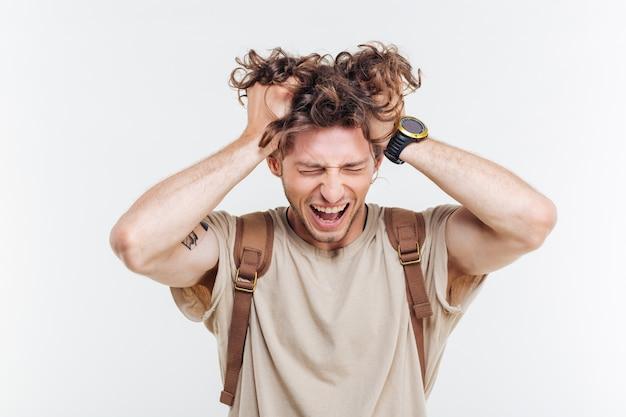 Портрет сумасшедшего, кричащего с руками над головой, изолированные на белом фоне