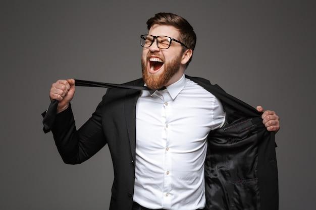 Портрет сумасшедшего молодого бизнесмена, одетого в костюм