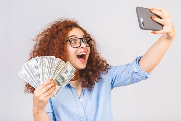 서, 돈 지폐를 들고 곱슬 아름 다운 젊은 여자의 초상화