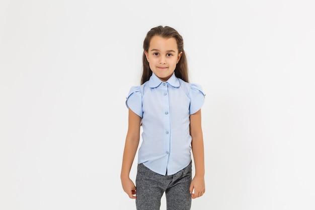 かわいい7歳の女の子の肖像画。白い背景の上に分離。