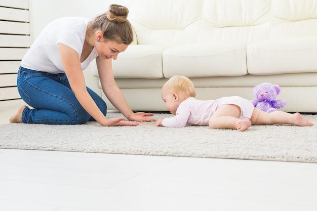 집에서 바닥에 크롤링과 웃음 귀여운 아기의 초상화