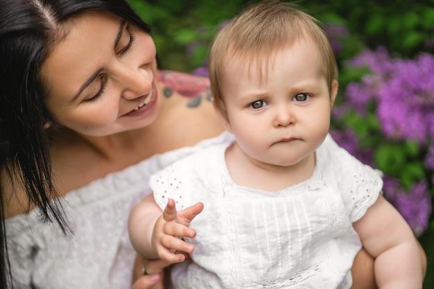 面白い好奇心が強い顔を作る、かわいい赤ちゃんの肖像画