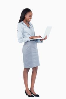 Портрет милый бизнесмен, используя ноутбук, стоя