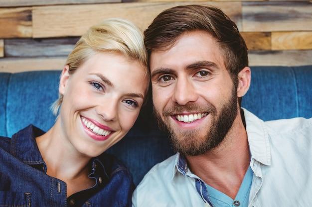 Портрет милой пары на свидание, глядя на камеру