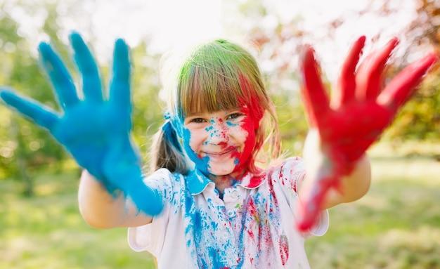 Портрет милой девушки, раскрашенный в цвета фестиваля холи.
