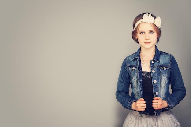 스튜디오에서 포즈를 취하는 귀여운 소녀의 초상화