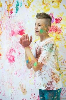 Портрет милого счастливого мальчика, рисующего и веселого