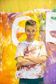 絵を描いて楽しんでいるかわいい幸せな少年の肖像画
