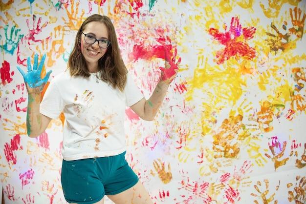 Портрет милая счастливая женщина рисует и веселится