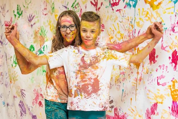 Портрет милой счастливой женщины с сыном, рисующим и веселым