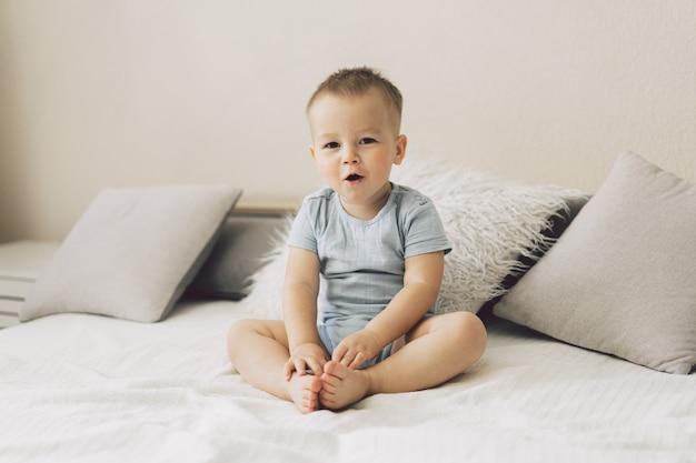 Портрет милого маленького мальчика в спальне