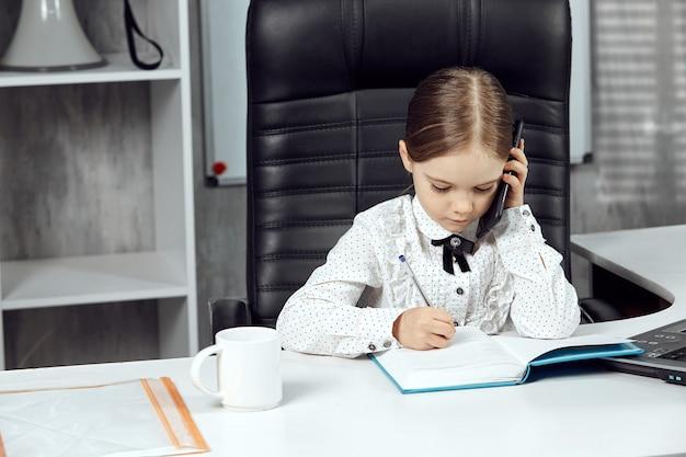 흰 탁자에 있는 기관장을 묘사한 귀여운 어린 아이의 초상화