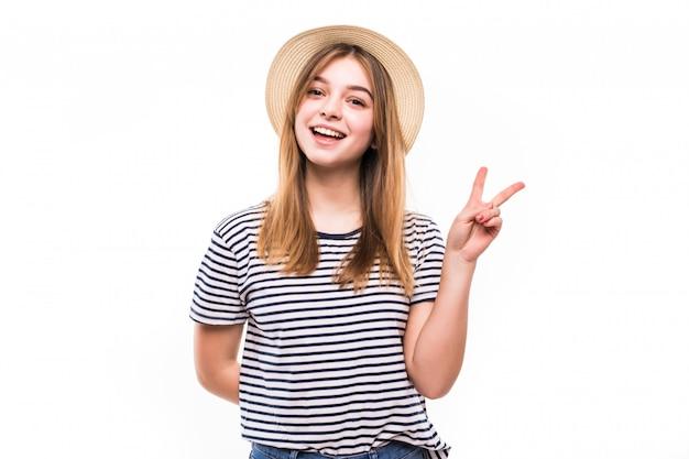 Портрет милой милой женщины принимая селфи и показывая знак мира с пальцами над белой стеной