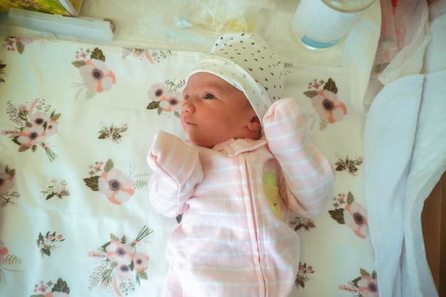 Портрет милой новорожденной девочки