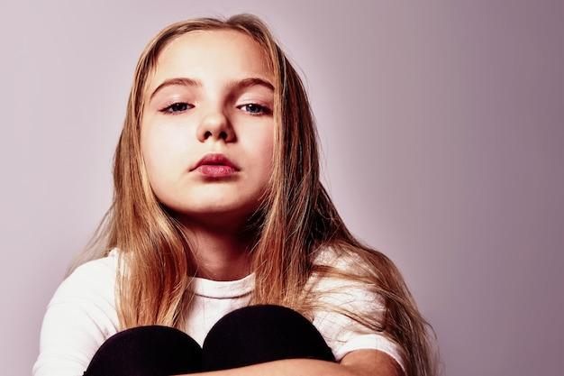 長い髪のかわいい物思いにふける10代の少女の肖像画。
